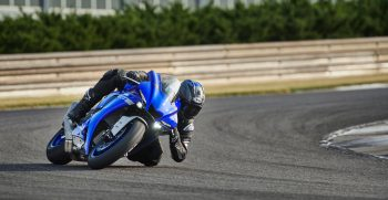 2020-Yamaha-YZF1000R1-EU-Icon_Blue-Action-002-03