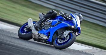 2020-Yamaha-YZF1000R1-EU-Icon_Blue-Action-005-03