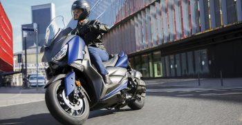 2018-Yamaha-X-MAX-400-EU-Phantom-Blue-Action-001