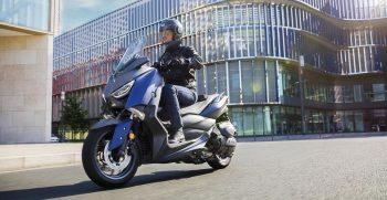2018-Yamaha-X-MAX-400-EU-Phantom-Blue-Action-002