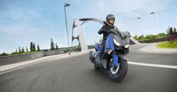 2018-Yamaha-X-MAX-400-EU-Phantom-Blue-Action-003
