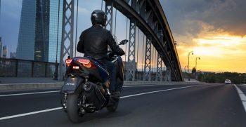 2018-Yamaha-X-MAX-400-EU-Phantom-Blue-Action-005