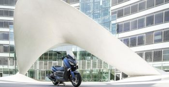 2018-Yamaha-X-MAX-400-EU-Phantom-Blue-Static-001