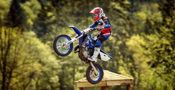 2018-Yamaha-YZ85-LW-EU-Racing-Blue-Action-001