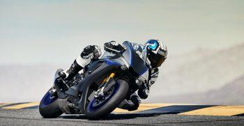 2018-Yamaha-YZF-R1M-EU-Silver-Blu-Carbon-Action-002