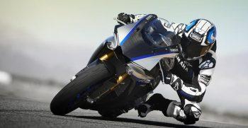 2018-Yamaha-YZF-R1M-EU-Silver-Blu-Carbon-Action-003