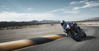 2018-Yamaha-YZF-R1M-EU-Silver-Blu-Carbon-Action-004