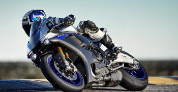 2018-Yamaha-YZF-R1M-EU-Silver-Blu-Carbon-Action-005