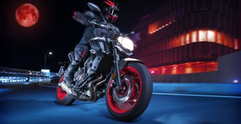 2019-Yamaha-MT07-EU-Ice_Fluo-Action-003-03