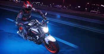 2019-Yamaha-MT320-EU-Ice_Fluo-Action-001-03