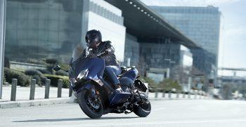 2019-Yamaha-XP500ASP-EU-Phantom_Blue-Action-002-03
