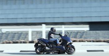 2019-Yamaha-XP500ASP-EU-Phantom_Blue-Action-003-03