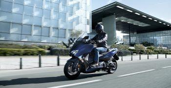 2019-Yamaha-XP500ASP-EU-Phantom_Blue-Action-004-03
