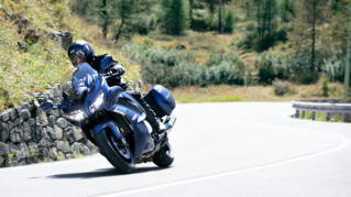 2020-Yamaha-FJR1300AE-EU-Phantom_Blue-Action-004-03_Thumbnail