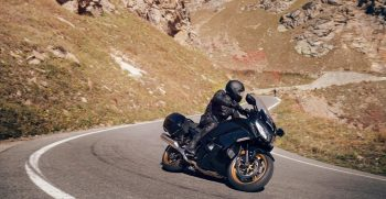 2020-Yamaha-FJR1300AESPL-EU-Midnight_Black-Action-001-03