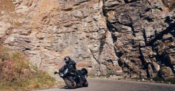 2020-Yamaha-FJR1300AESPL-EU-Midnight_Black-Action-002-03