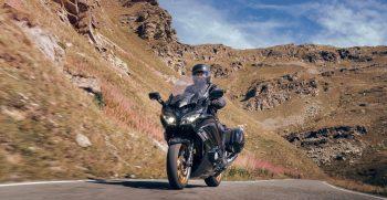 2020-Yamaha-FJR1300AESPL-EU-Midnight_Black-Action-003-03