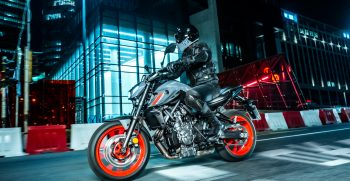 2021-Yamaha-MT07-EU-Storm_Fluo-Action-003-03