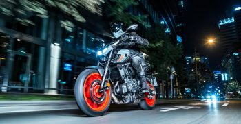2021-Yamaha-MT07-EU-Storm_Fluo-Action-004-03