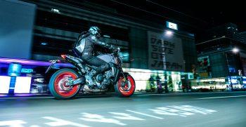 2021-Yamaha-MT09-EU-Storm_Fluo-Action-002-03