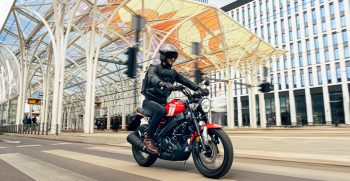 2021-Yamaha-XS125-EU-Redline-Action-001-03