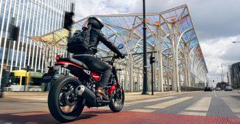 2021-Yamaha-XS125-EU-Redline-Action-002-03