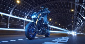 2018-Yamaha-MT09SP-EU-Silver-Blu-Carbon-Action-002