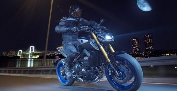 2018-Yamaha-MT09SP-EU-Silver-Blu-Carbon-Action-006