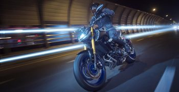2018-Yamaha-MT09SP-EU-Silver-Blu-Carbon-Action-008