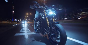 2018-Yamaha-MT09SP-EU-Silver-Blu-Carbon-Action-009