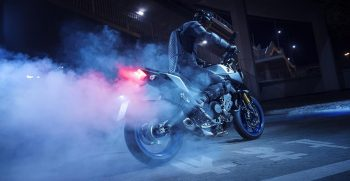 2018-Yamaha-MT09SP-EU-Silver-Blu-Carbon-Static-001