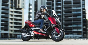 2018-Yamaha-XMAX125-EU-Radical_Red-Action-002-03