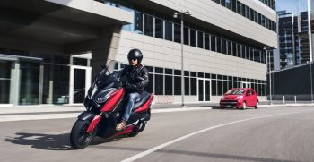 2018-Yamaha-XMAX125-EU-Radical_Red-Action-004-03