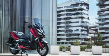 2018-Yamaha-XMAX125-EU-Radical_Red-Static-001-03