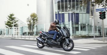 2019-Yamaha-XMAX300ASP-EU-Sword_Grey-Action-002-03