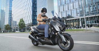 2019-Yamaha-XMAX300ASP-EU-Sword_Grey-Action-006-03