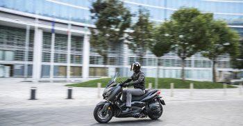 2019-Yamaha-XMAX400ASP-EU-Sword_Grey-Action-002-03