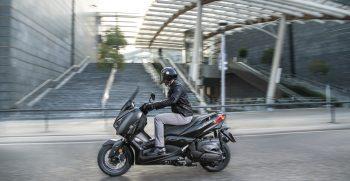2019-Yamaha-XMAX400ASP-EU-Sword_Grey-Action-003-03