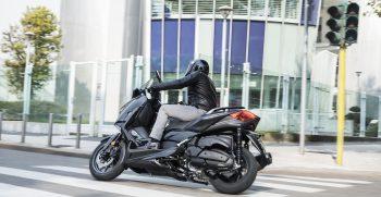2019-Yamaha-XMAX400ASP-EU-Sword_Grey-Action-004-03