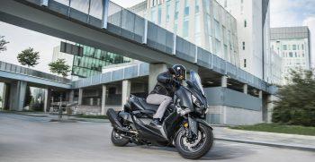 2019-Yamaha-XMAX400ASP-EU-Sword_Grey-Action-005-03