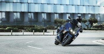 2019-Yamaha-XP500SXSE-EU-Phantom_Blue-Action-001-03
