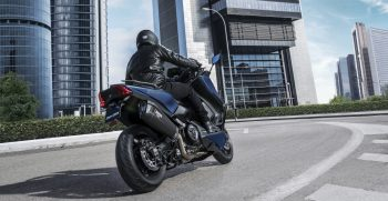 2019-Yamaha-XP500SXSE-EU-Phantom_Blue-Action-006-03