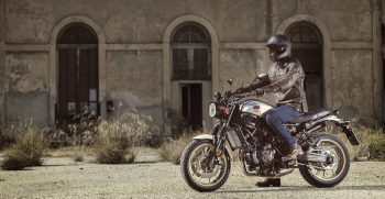 2019-Yamaha-XS700SCR-EU-Tech_Black-Action-004-03