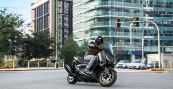 2021-Yamaha-XMAX125ASP-EU-Tech_Kamo-Action-001-03